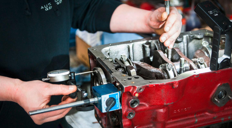 Messung Axialspiel Kurbelwelle, Automobile Genieser, Motorinstandsetzung, Motor, individuelle Anpassung, KFZ Werkstatt